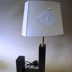 lampe en bois avec abat-jour ovale à pans coupés